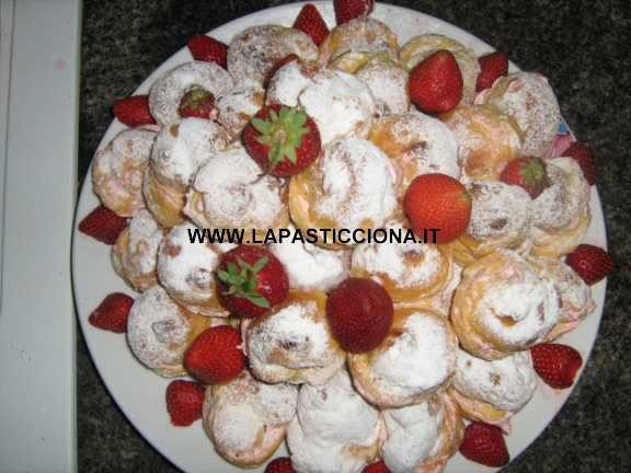 Bignè con panna e fragole