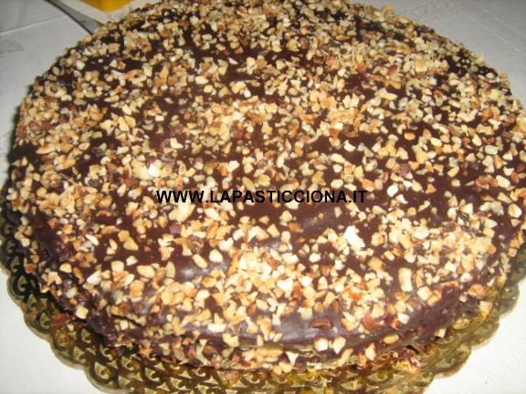 Torta al cioccolato con granella di nocciole