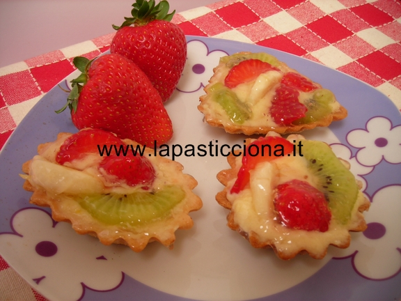 Frolle con crema pasticcera e frutta fresca