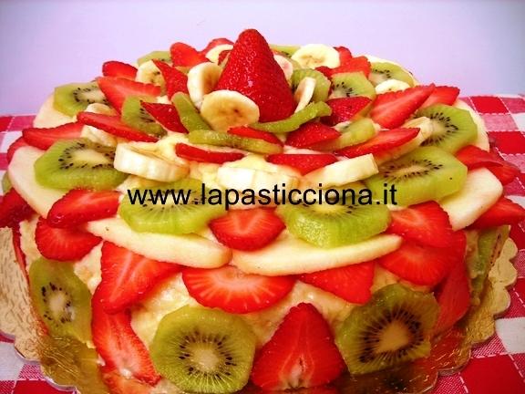 Torta con crema pasticcera con trionfo di frutti freschi 7
