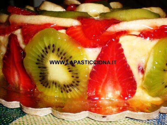 Torta con crema pasticcera con trionfo di frutti freschi 9