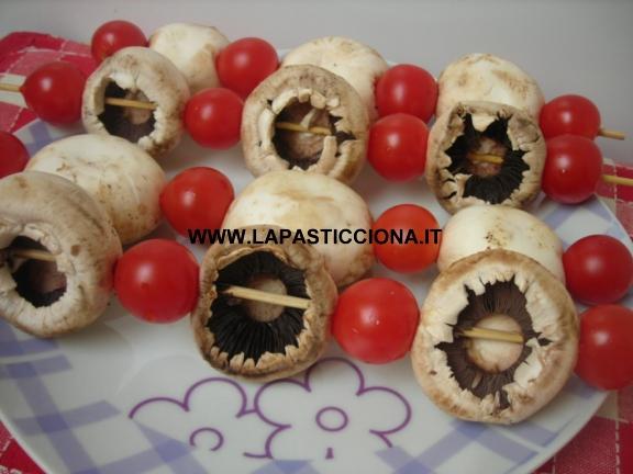 Spiedini di cappelle di funghi e pomodorini 2