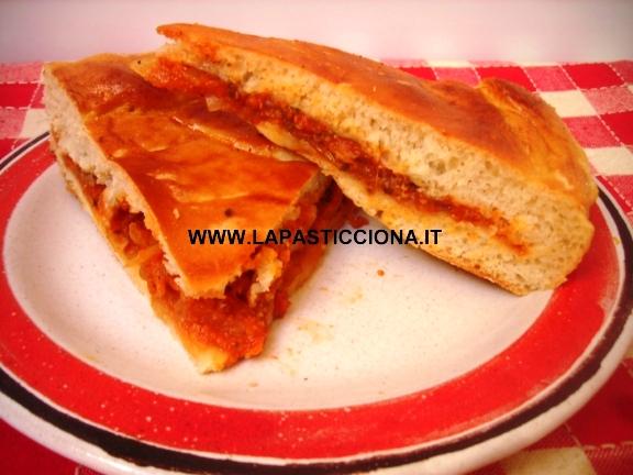 Focaccia con salsa di sfincione e caciocavallo