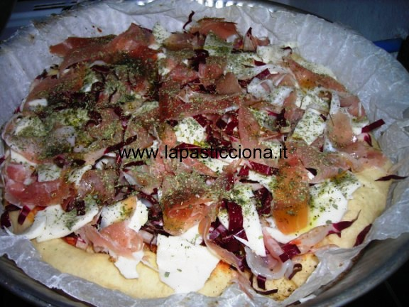 Pizza al radicchio speck e mozzarella 1