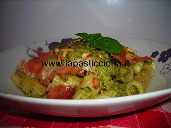 Rigatoni al pesto di zucchine e basilico