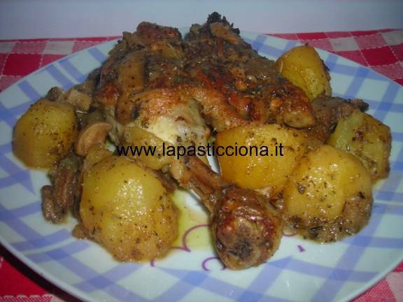 Pollo in padella con patate e funghi