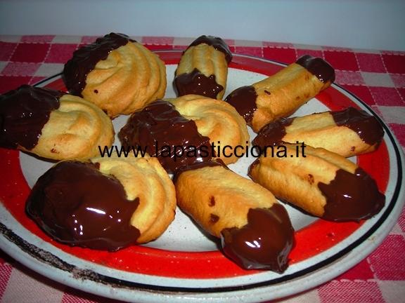 Biscotti di Frolla Ricoperti di Cioccolato