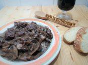 Spezzatino al vino rosso con cipolle e funghi
