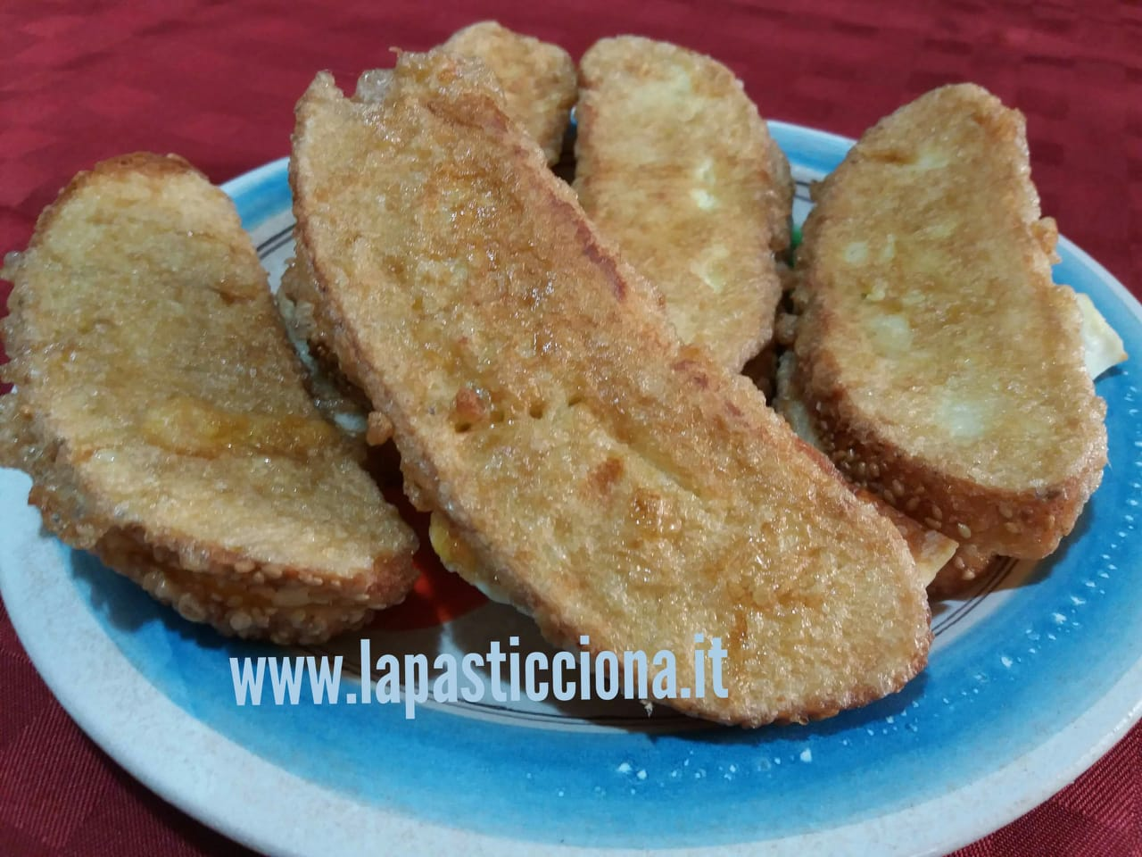 Pane fritto con acciughe e tuma