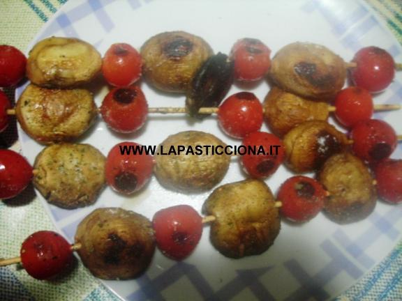 Spiedini di cappelle di funghi e pomodorini 4