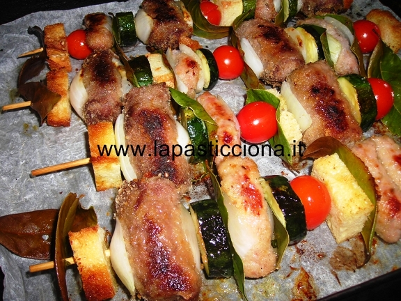 Spiedini di maiale con pomodorini e zucchine
