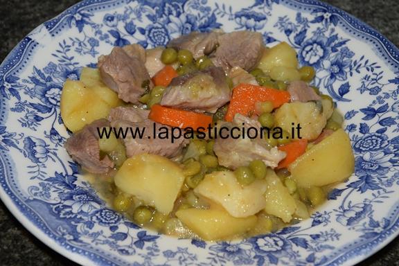 Spezzatino di carne allo zafferano con patate carote e piselli 7