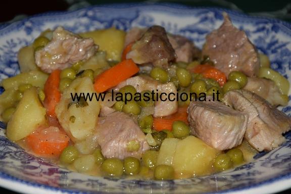Spezzatino di carne allo zafferano con patate carote e piselli 9