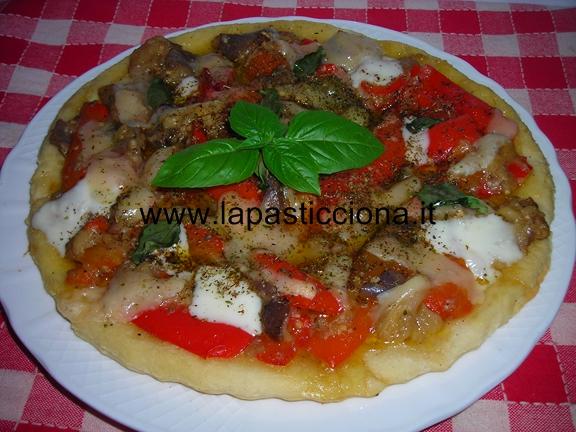 Pizza con melanzane e peperoni