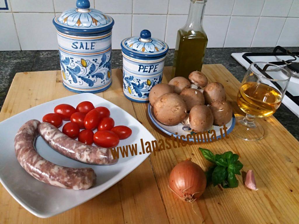 Pasta con funghi salsiccia e datterini